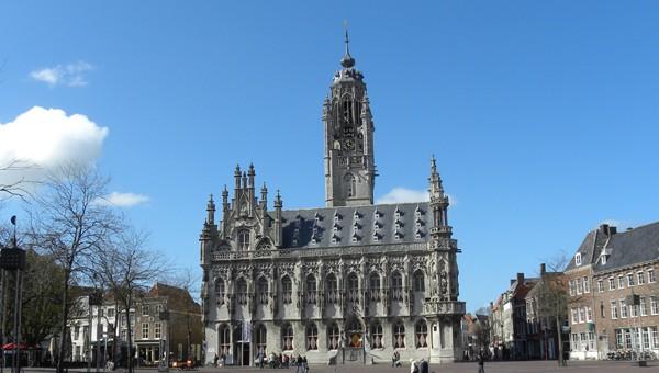 stadhuis en markt middelburg